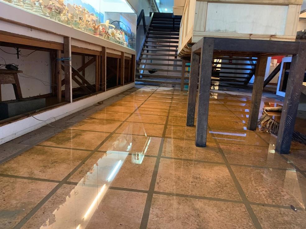 As águas também atingiram o Museu Casa do Pontal, no Recreio dos Bandeirantes. — Foto: Fernanda Rouvenat