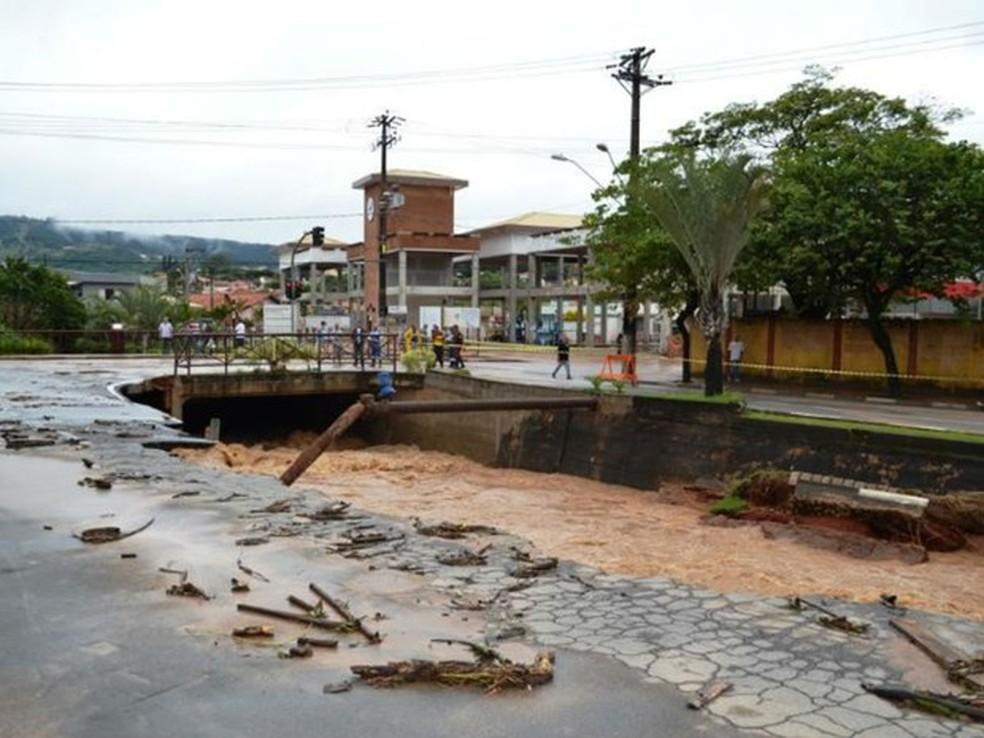 A chuva destruiu a principal avenida da cidade, em março de 2016 — Foto: Divulgação/Prefeitura de São Roque