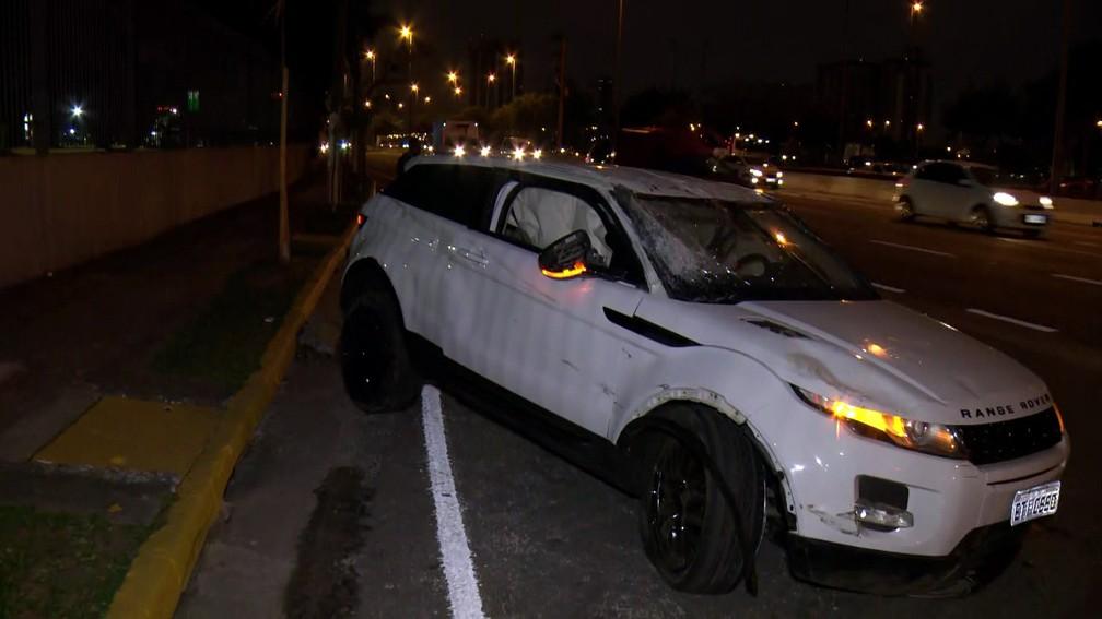 Veículo que capotou na Marginal Tietê na madrugada desta sexta-feira (23) — Foto: Reprodução/TV Globo