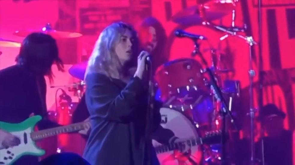 Violet, filha de Dave Grohl, canta 'Heart-shaped box', do Nirvana, com o pai na bateria e St. Vincent na guitarra em janeiro de 2020 — Foto: Reprodução / YouTube