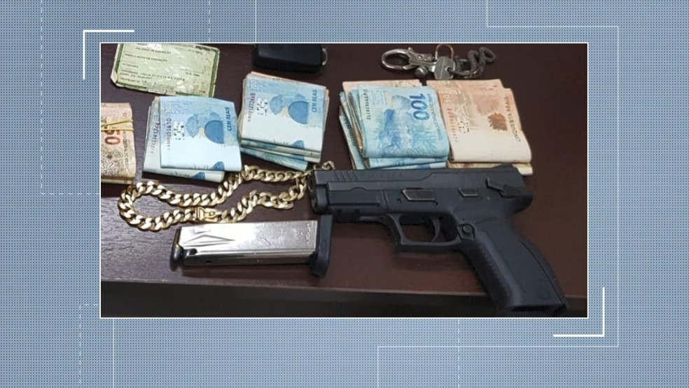 Arma foi apreendida no fechamento de boate em Cariacica, no Espírito Santo — Foto: Reprodução/ TV Gazeta