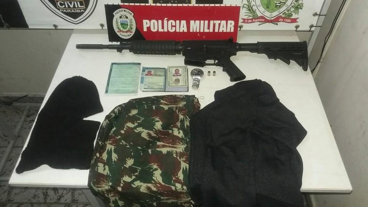 Polícia prende suspeito com máscaras e fuzil após troca de tiros, na Paraíba