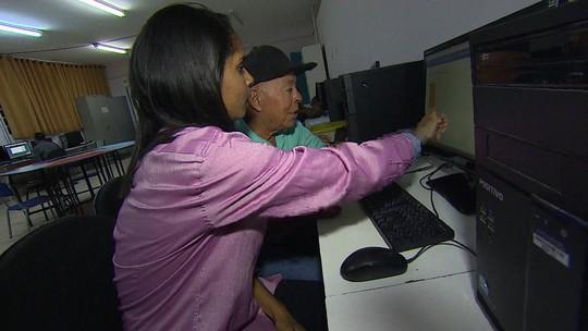 Estudantes ensinam idosos a ler com a ajuda da internet