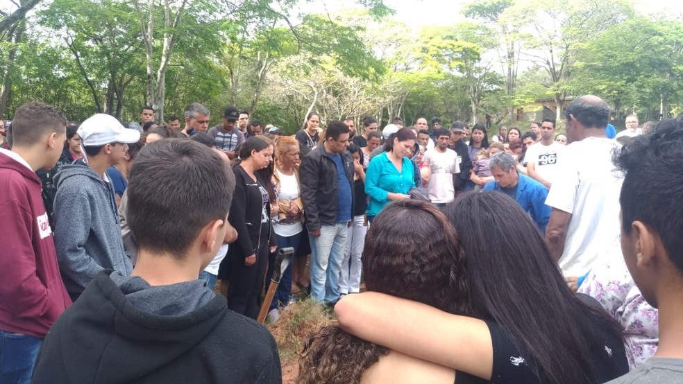 Antes do enterro, o caixão foi aberto e todos fizeram uma oração — Foto: Matheus Fazolin/G1