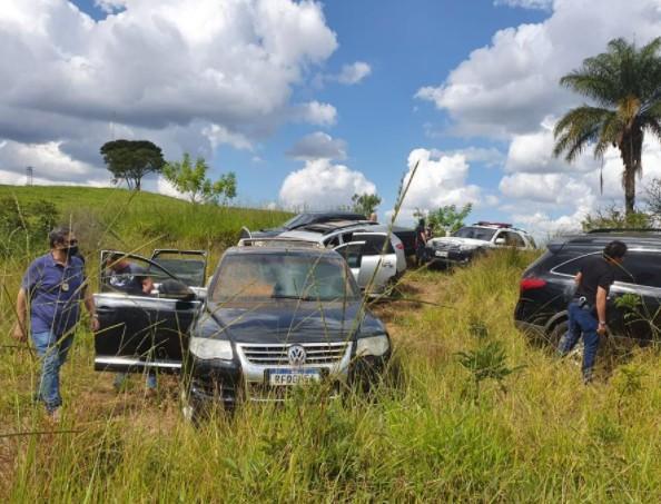 Polícia encontra 5 carros usados por  criminosos em assalto a três bancos de Mococa