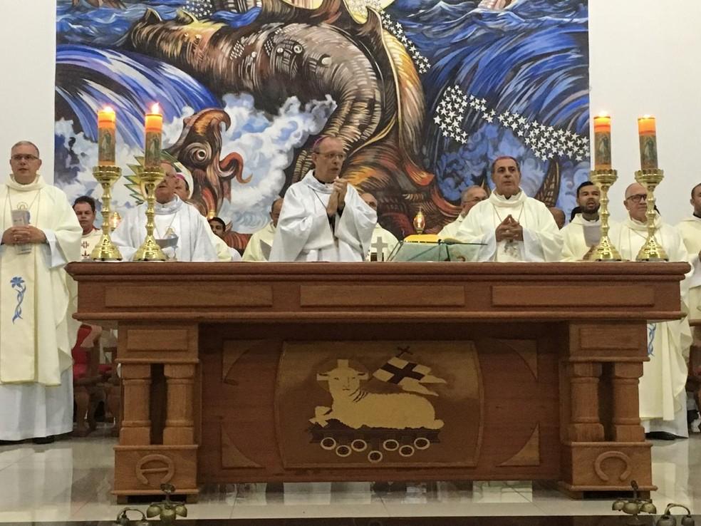 Missa de posse do novo bispo da Diocese do Juruá, Dom Flávio Giovanale, reuniu milhares de católicos — Foto: Mazinho Rogério/G1