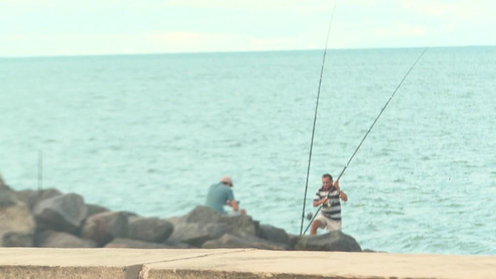 Homens pescam em Olinda durante quarentena — Foto: Reprodução/TV Globo
