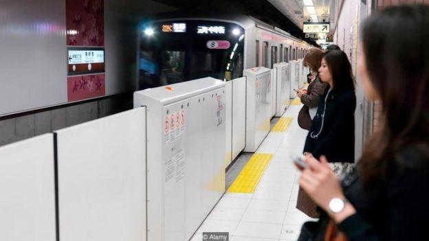 Mesmo que a luz azul reduza o risco de suicídio, as portas automáticas de segurança na plataforma são a forma mais eficaz de proteger passageiros vulneráveis (Foto: Alamy/BBC)