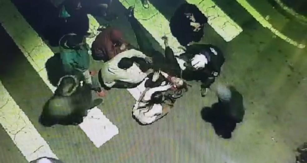 Vídeo mostra momento em que quatro morrem atropelados por caminhonete após acidente com moto em São José — Foto: Divulgação