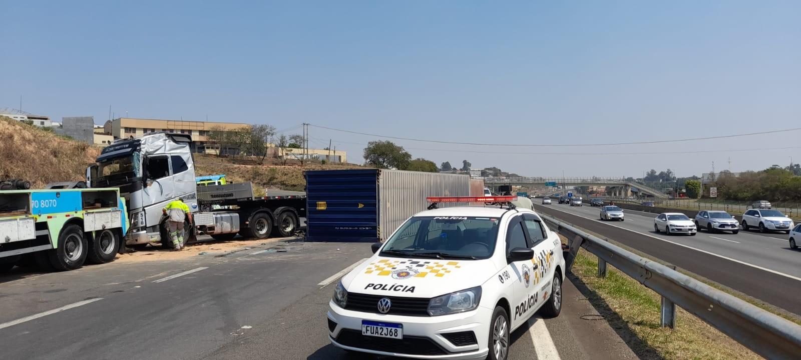 Caminhão tomba e interdita acesso e marginal da Rodovia Dom Pedro I, em Campinas