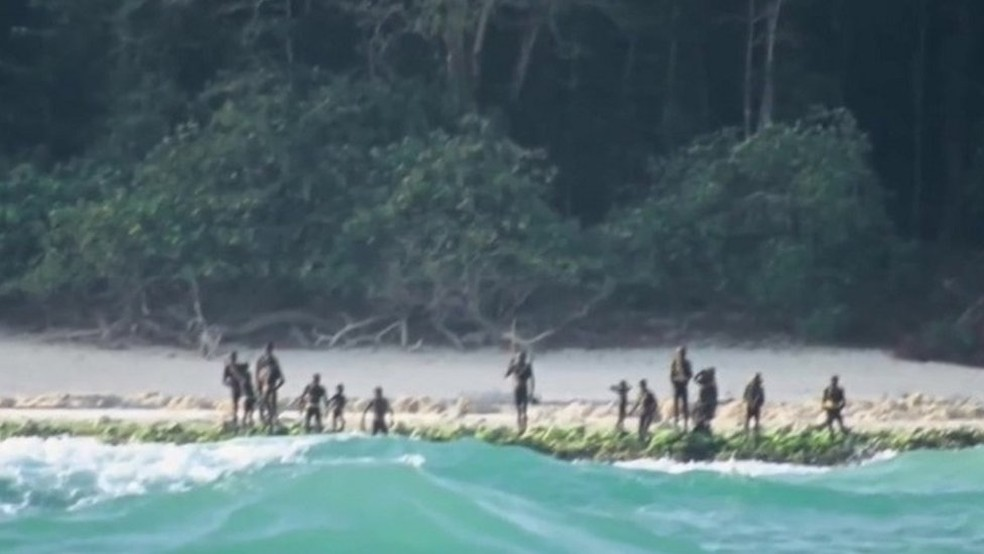 Em 2006, dois pescadores que chegaram muito perto da ilha foram mortos pelos aborígenes — Foto: Survival International/BBC