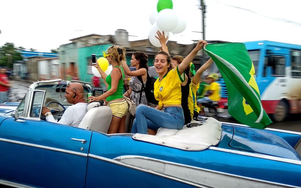 Cubanos comemoram vitória do Brasil na Copa do Mundo da Rússia na cidade cubana de Bauta (Foto: Adalberto Roque/AFP)
