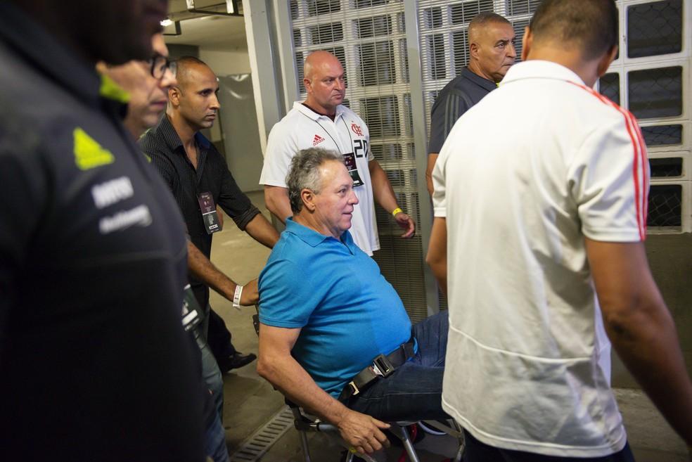 Abel Braga deixa Maracanã de cadeira de rodas após se sentir mal — Foto: CELSO PUPO/ESTADÃO CONTEÚDO