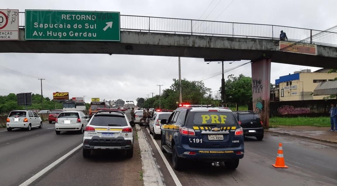 Homem é morto a tiros dentro de carro na BR-116, em Sapucaia do Sul - Notícias - Plantão Diário