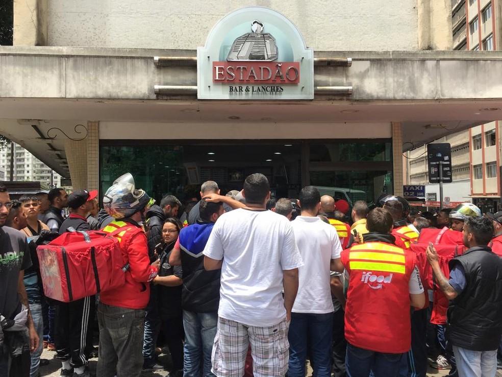 Movimentação de entregadores de comida durante promoção da Blafck Friday no centro de São Paulo. — Foto: Celso Tavares/G1