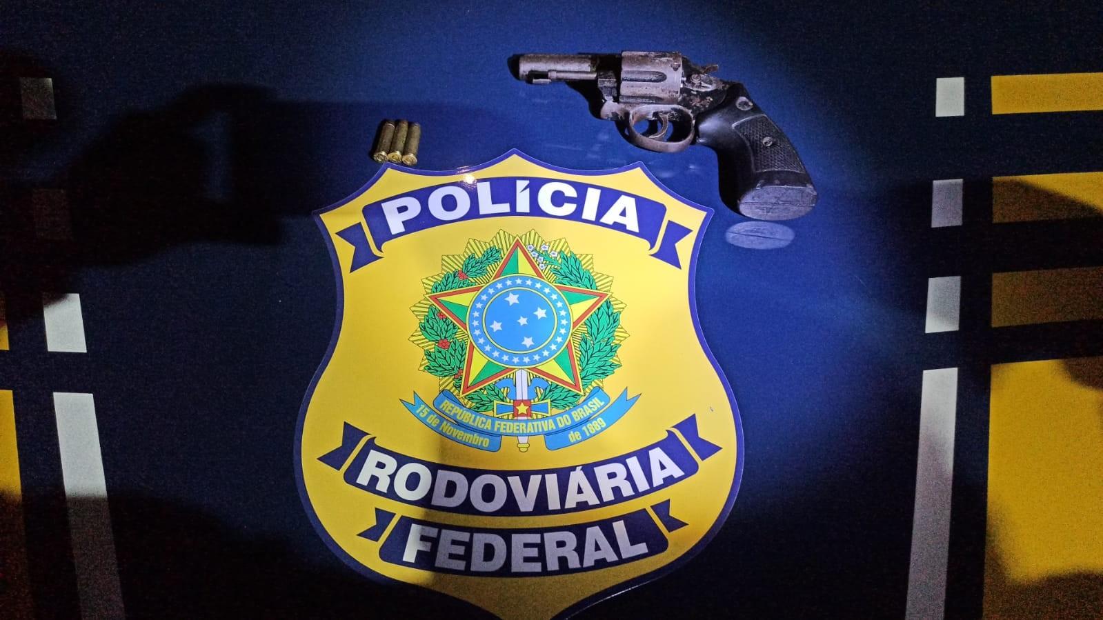Homem é flagrado com revólver em carro abordado na Via Dutra, em Itatiaia