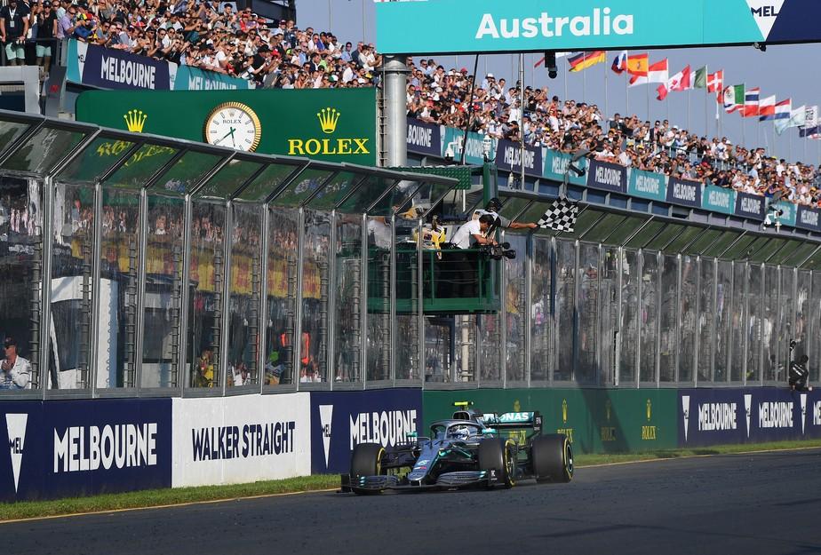 Bottas ultrapassa Hamilton na largada, sobra e vence na abertura da Fórmula 1 na Austrália