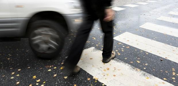 Pedestre atravessa a rua  (Foto: Globopress)