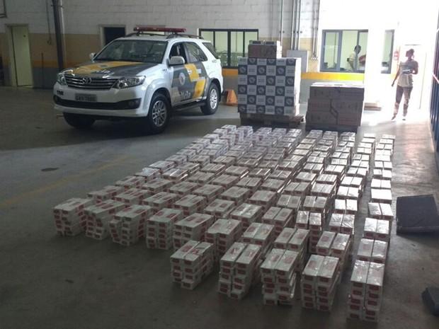 Polícia somou 58 caixas e 13 pacotes cheios de cigarro (Foto: Divulgação/ Polícia Rodoviária Avaré)