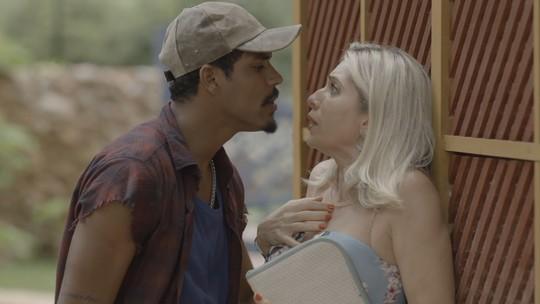 Pedreiro reconhece Marilda e exige vê-la nua de novo