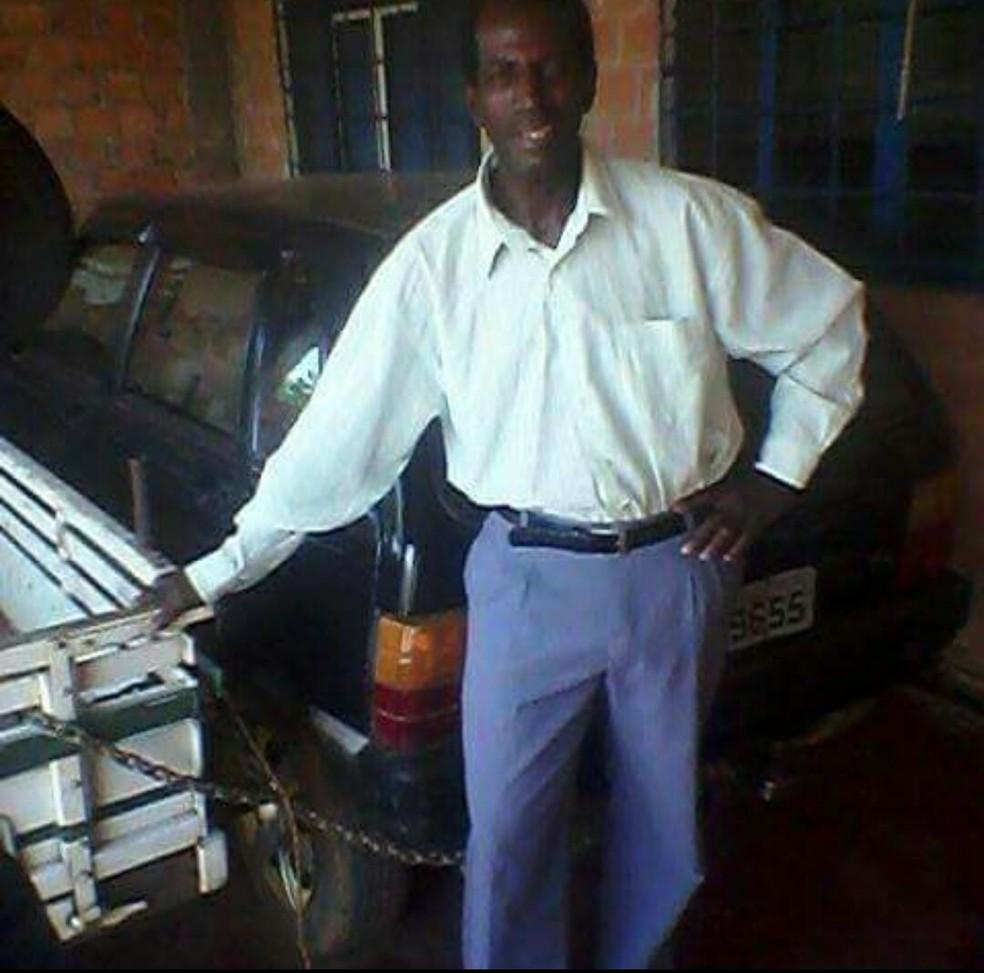 Segundo testemunhas, o suspeito dirigia um carro azul quando aboradou as vítimas do esfaqueamento — Foto: Reprodução/Facebook