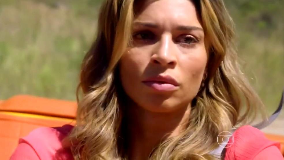 Ester (Grazi Massafera) tem tontura enquanto dirige e bate com o carro em uma árvore - 'Flor do Caribe' — Foto: Globo