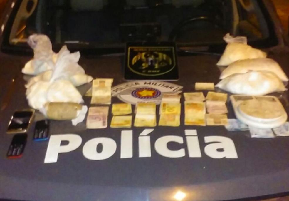Com ele foram encontrados equipamentos eletrônicos e R$ 2 mil em notas (Foto: Divulgação/Polícia Militar)