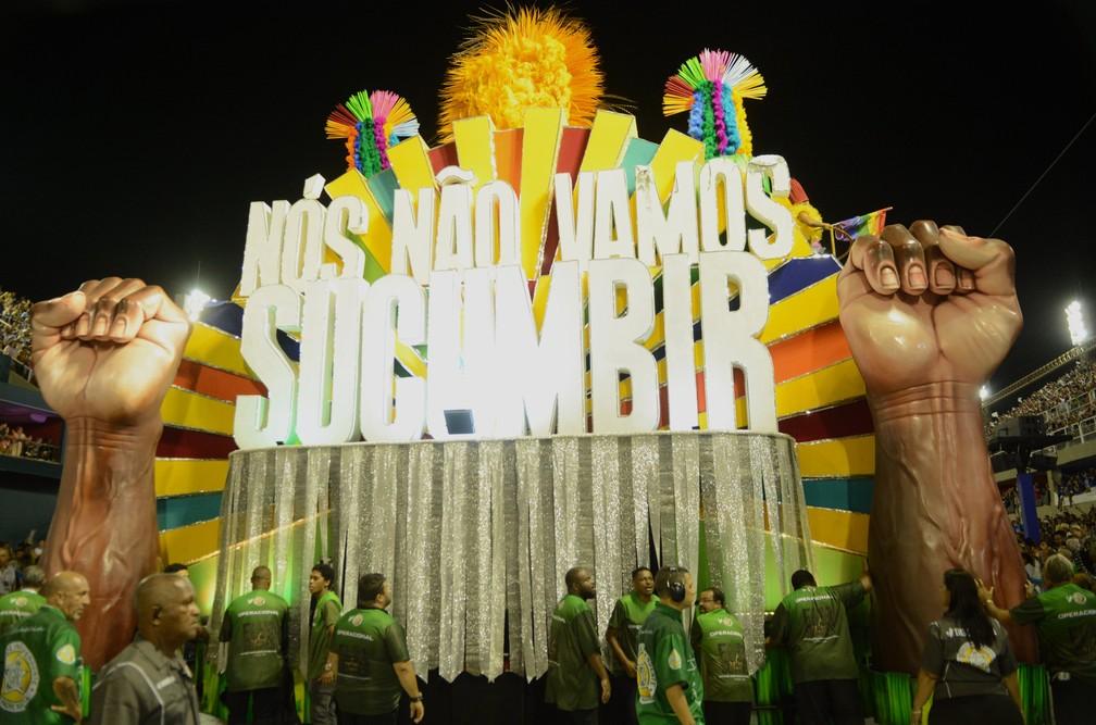 'Nós não vamos subumbir', diz carro da Mocidade com punhos em riste — Foto: Jorge Hely/Framephoto/Estadão Conteúdo