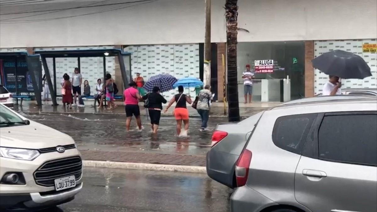 Chuva alaga ruas de Cabo Frio, RJ, e deixa motoristas e pedestres ilhados