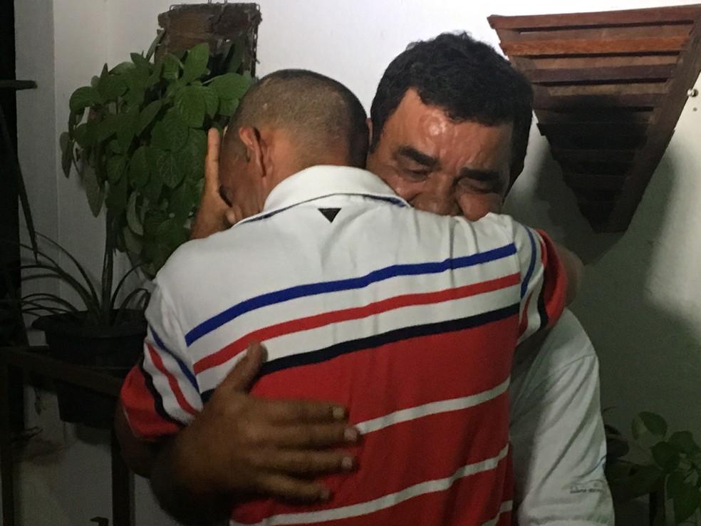 Pai e filho se emocionaram após saída da prisão — Foto: Leonardo Erys/G1