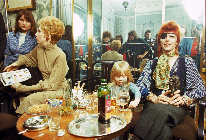 Angela Bowie, Duncan (então Zowie Bowie) e David Bowie em 1974 (Foto: Getty Images / Gijsbert Hanekroot)
