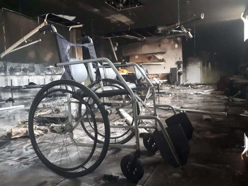 Recepção e corredor do Hospital do Rim ficaram destruídos depois de incêndio em Mossoró. (Foto: Sara Cardoso/Inter TV)