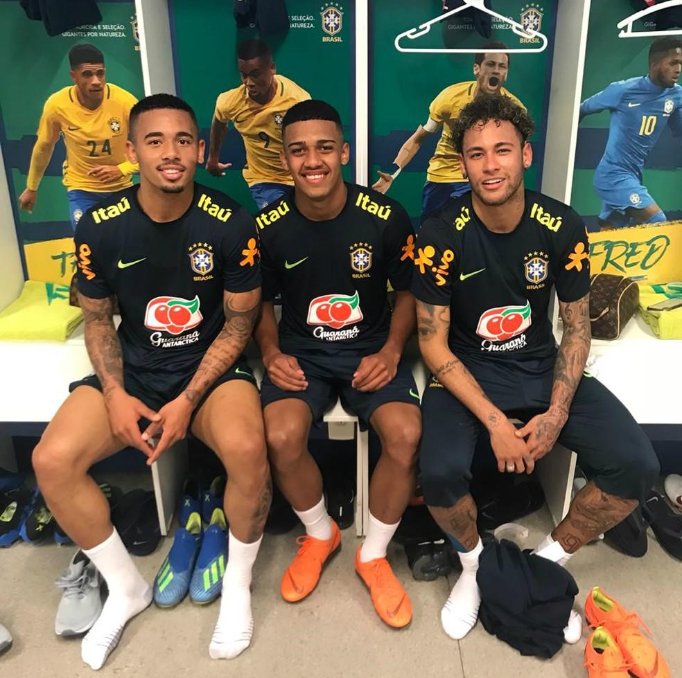 Brenner entre Gabriel Jesus e Neymar, craques da seleção brasileira (Foto: Arquivo pessoal)