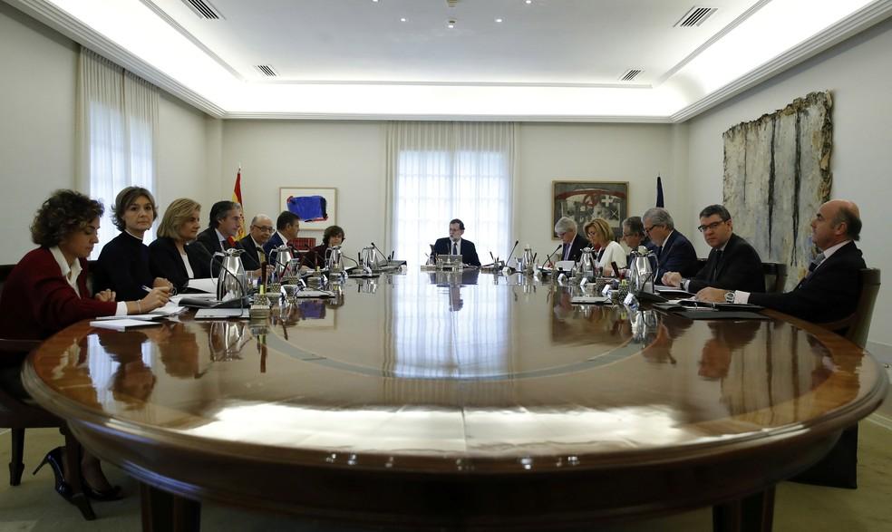 O primeiro-ministro Mariano Rajoy na reunião com o Conselho de Ministros da Espanha na manhã deste sábado (21) (Foto: Juan Carlos Hidalgo/Reuters)