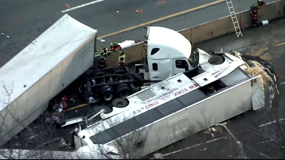 Acidente na Rodovia da Pensilvânia deixa cinco mortos e 53 feridos neste domingo (5) — Foto: Reprodução/Fox News
