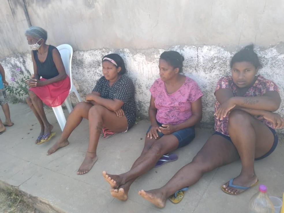 Familiares aguardaram chegara do IML por mais de 15 horas no Piauí — Foto: Arquivo Pessoal/Graça Duarte