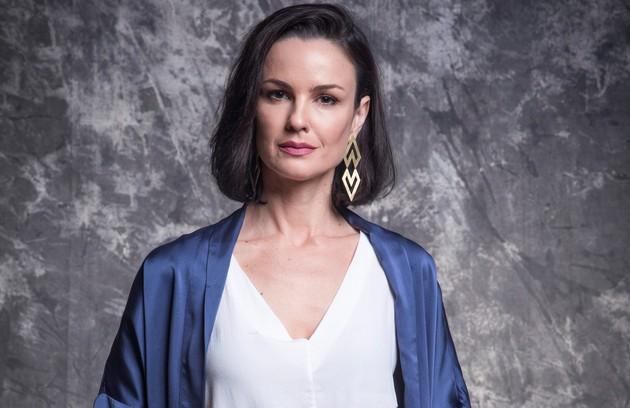 Agnes (Carolina Kasting) é mãe de Kyra. Viúva e herdeira de uma tradicional família, ela saberá da suposta morte da filha e não conseguirá se conformar (Foto: TV Globo)