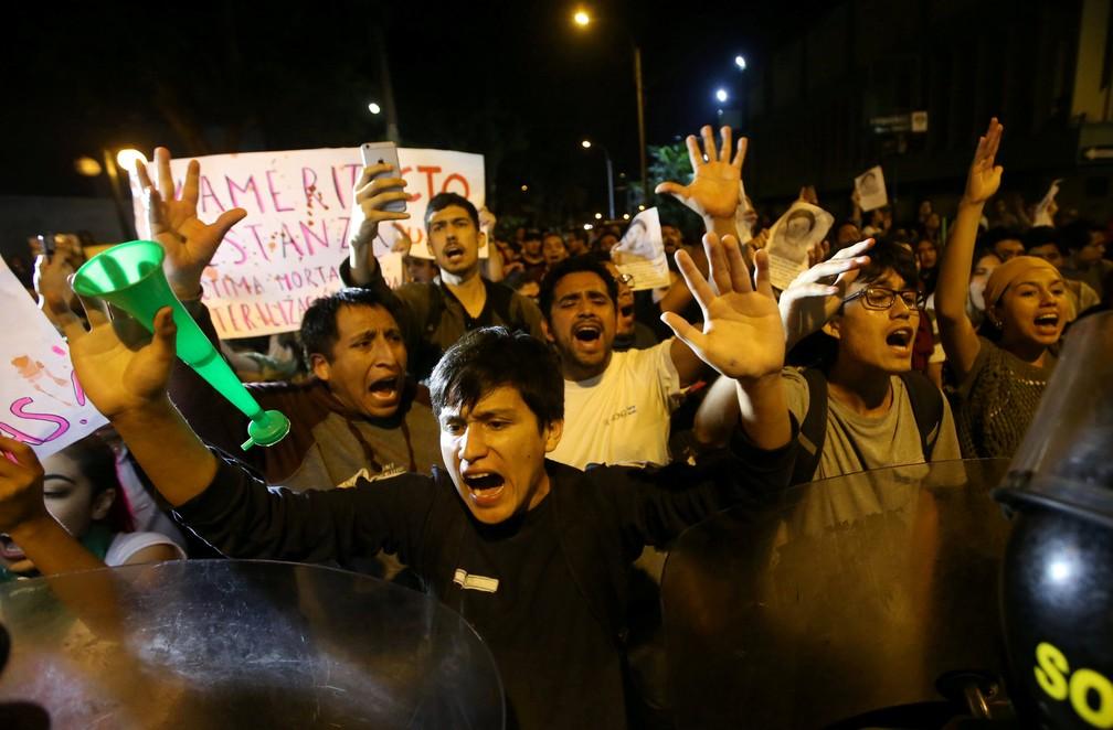Manifestantes são impedidos pela polícia de fazer ato em frente a hospital onde Alberto Fujimori se encontra internado, em Lima no Peru (Foto: Guadalupe Pardo/Reuters)