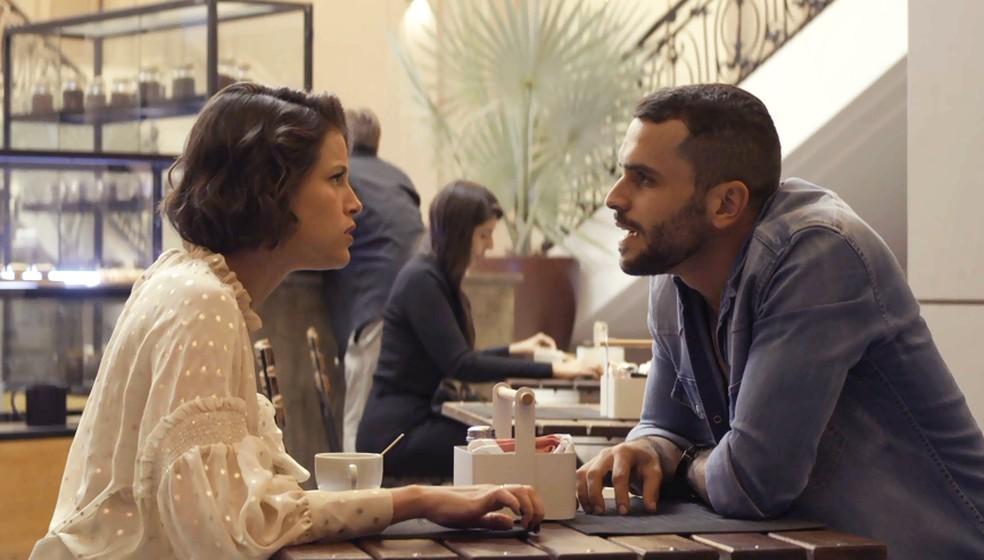 Josiane (Agatha Moreira) se encontra com namorado chantagista de Jardel (Duio Botta), na novela 'A Dona do Pedaço' — Foto: Globo