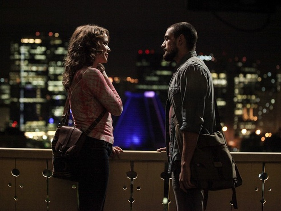Em 'Império', Cristina (Leandra Leal) e Vicente (Rafael Cardoso) se beijam — Foto: Camila Camacho/Gshow