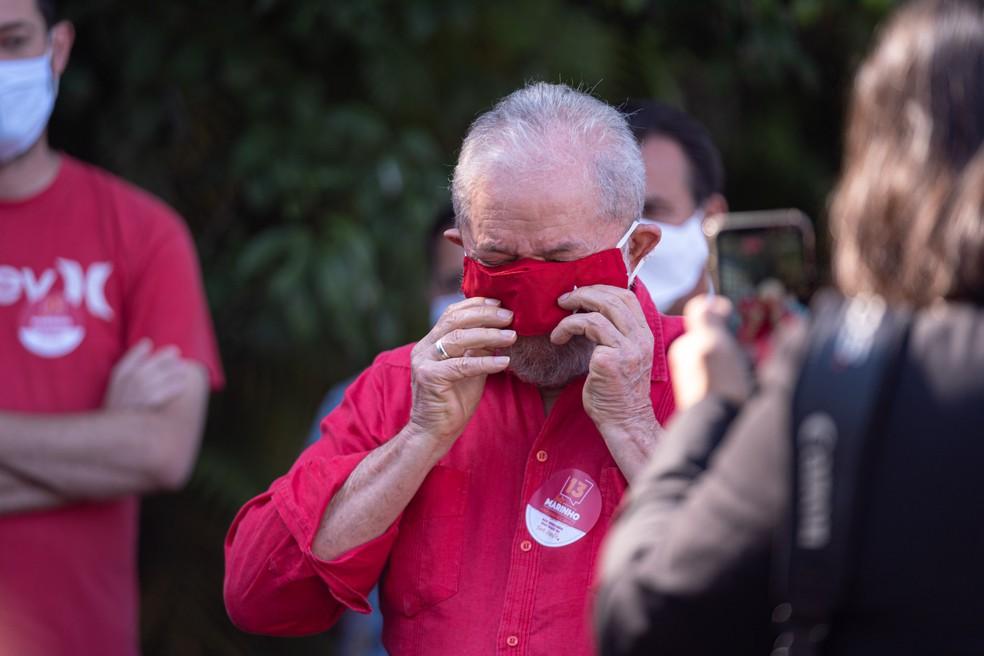 Lula coloca a máscara de volta após ser lembrado dela ao fim da entrevista para jornalistas  — Foto: Marcelo Brandt/G1