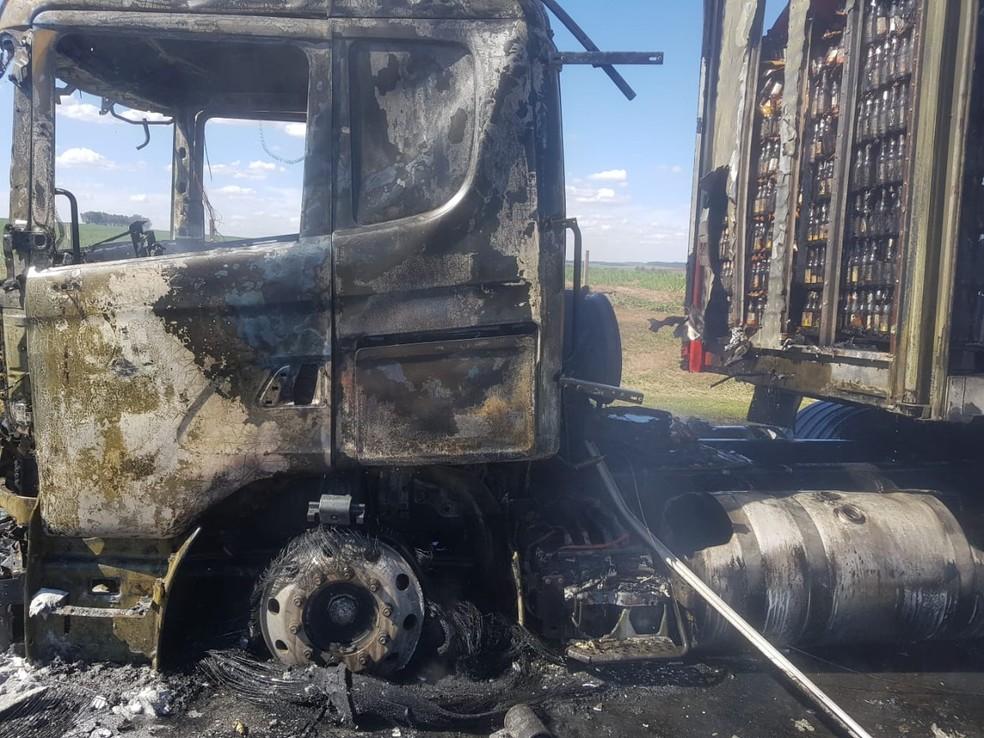 Segundo os bombeiros, parte do carregamento das cervejas foi recuperado  — Foto: Corpo de Bombeiros/Divulgação