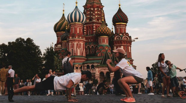 Casal namorava à distância antes de decidir viajar o mundo (Foto: Reprodução)
