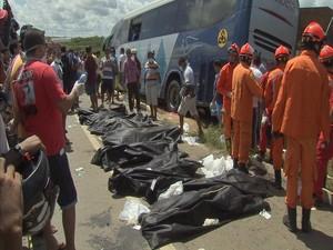Segundo polícia, 16 pessoas morreram na hora do acidente  (Foto: TV Verdes Mares/Reprodução)