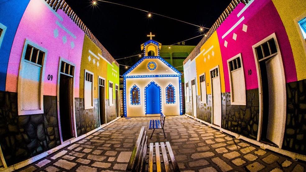 Reprodução cenográfica da Vila Nova da Rainha no São João 2017 de Campina Grande (Foto: Demétrio Costa e Emanuel Tadeu/Top Midia Comunicação/Divulgação/Arquivo)