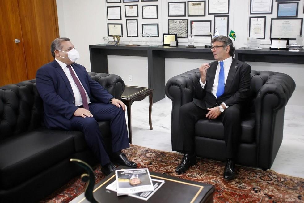 O novo ministro, Kassio Nunes Marques (esq.), durante encontro com o presidente do STF, Luiz Fux — Foto: Felipe Sampaio / STF