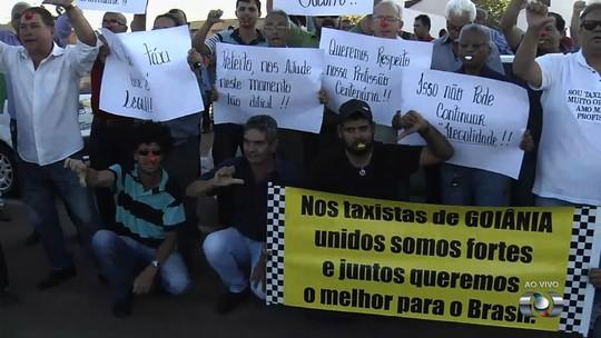 Taxistas fazem protesto para cobrar regulamentação de apps de transporte, em Goiânia