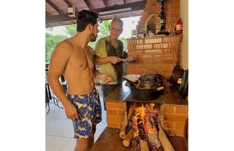Rodolffo e o pai, Juarez, na área de churrasqueira da casa, em Goiânia Reprodução