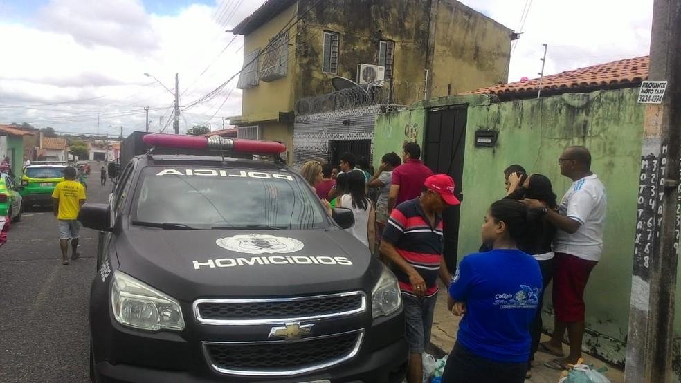 João Luís Moreira, de 49 anos, foi encontrado morto dentro de casa, na Zona Sudeste de Teresina — Foto: Simplício Júnior/ TV Clube