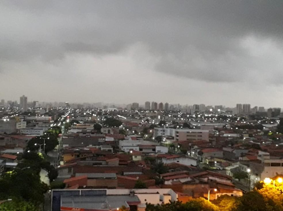 Fortaleza amanheceu nublada e com chuvas em alguns bairros.  — Foto: Eliane Cristina/Arquivo Pessoal